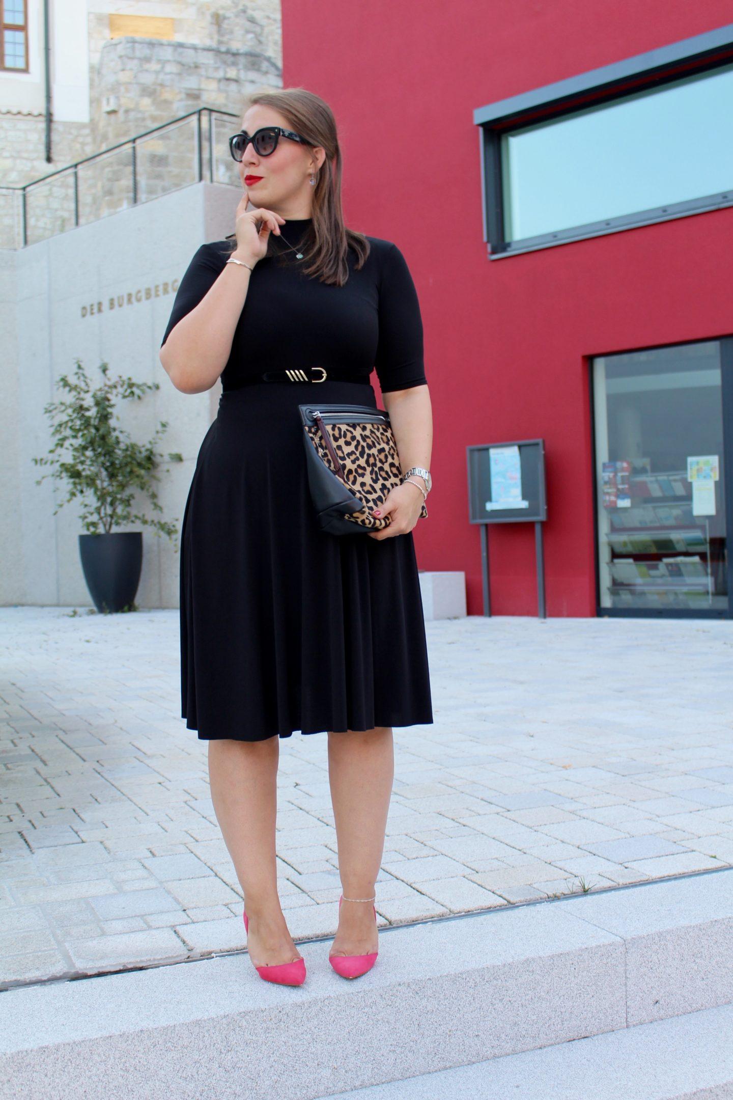 outfit-das-kleine-schwarze-hibiskusrote-pumps-und-leo-print-clutch