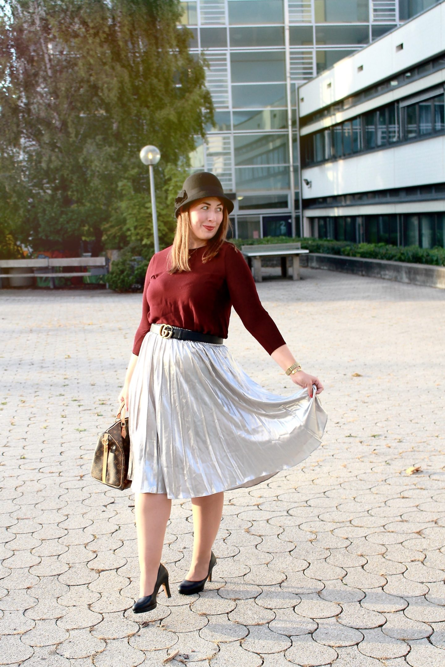 outfit-metallic-plissee-trendfarbe-bordeaux-und-bowler-hat