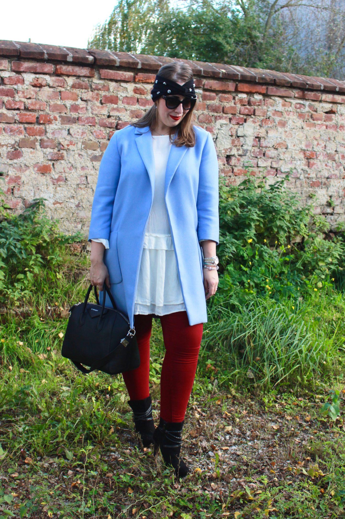 outfit-bordeauxrote-jeans-himmelblauer-mantel-perlen-stirnband-und-givenchy-antigona