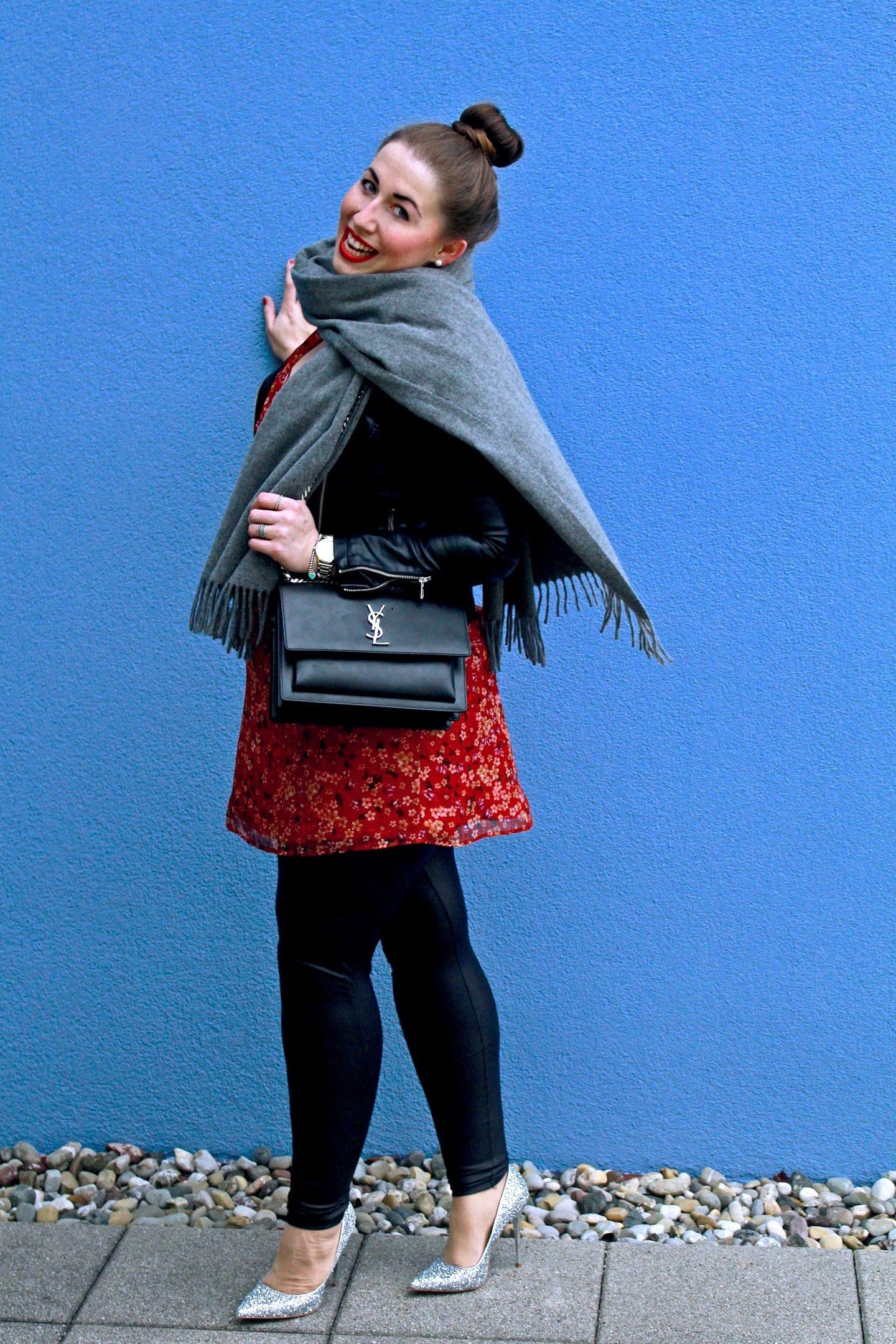 outfit-lederjacke-kombiniert-mit-bluemchenkleid-glitzerpumps-und-dem-perfekten-wollschal