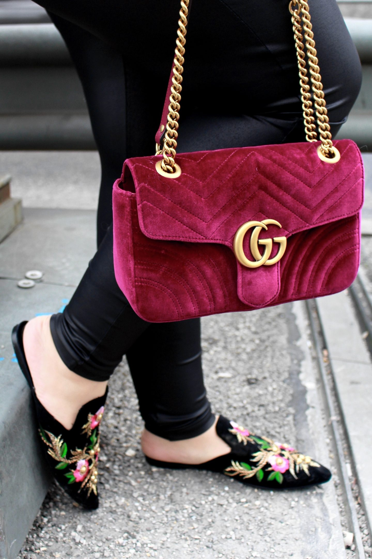 miss-suzie-loves-gucci-marmont-velvet-tasche-brosche-florale-mules-hm-mohair-pullover-winter-outfit