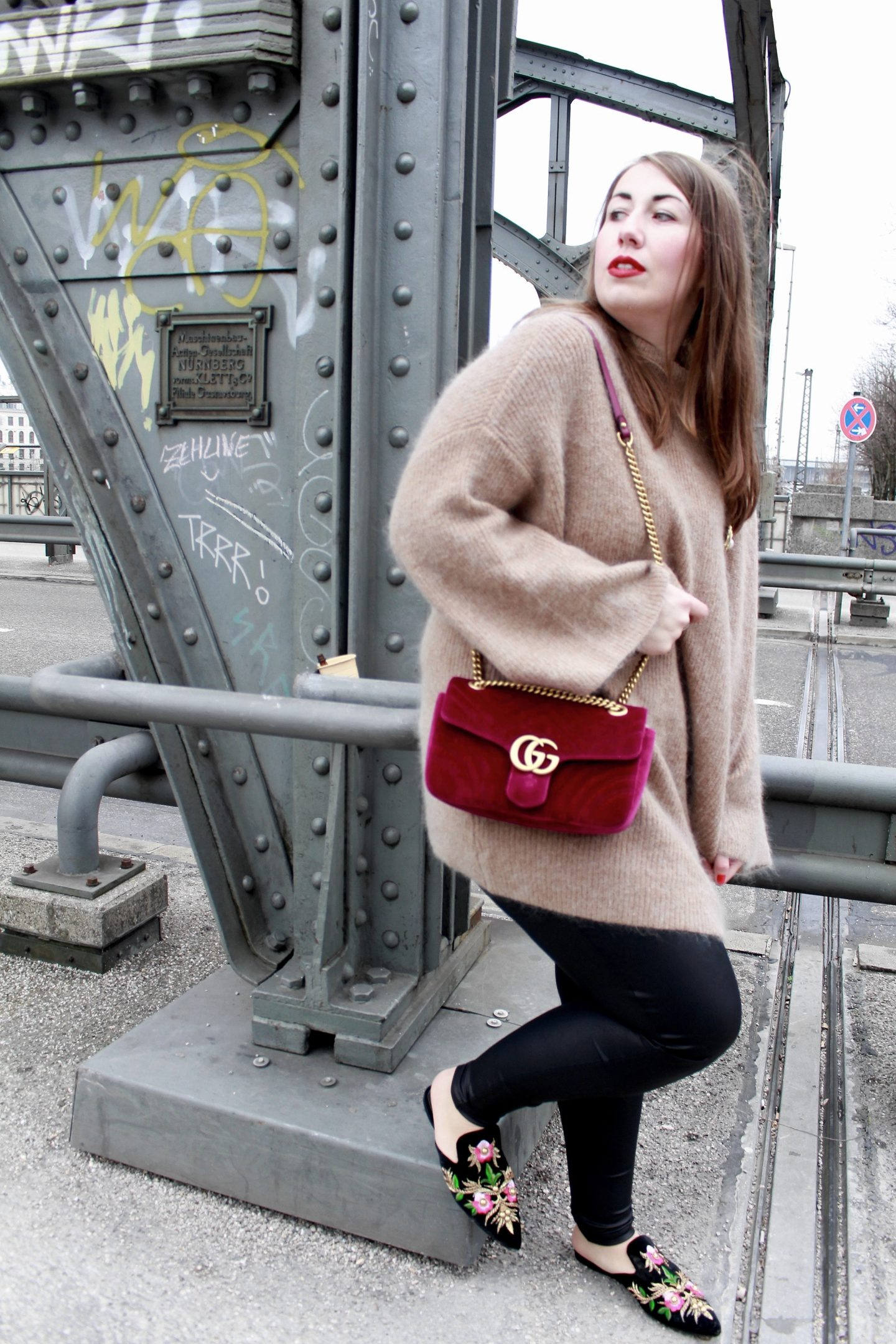 miss-suzie-loves-gucci-marmont-velvet-tasche-brosche-hm-mohair-pullover-winter-outfit