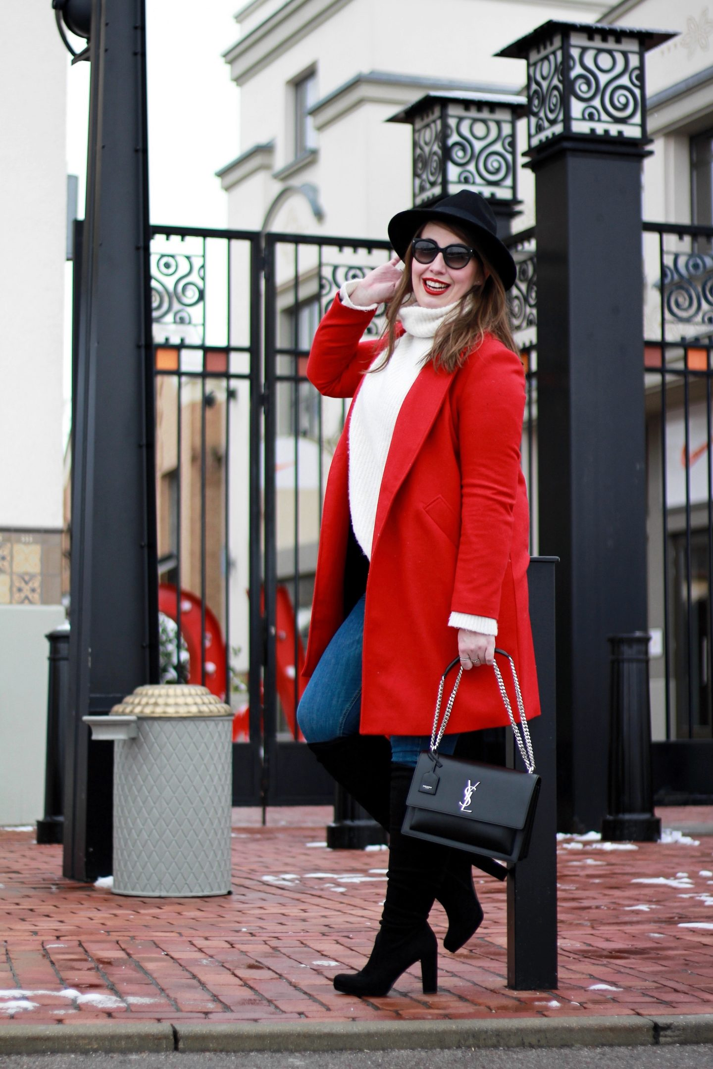 fashion-statement-roter-mantel-blue-jeans-wollpullover-fedora-hut-saint-laurent-sunset-bag-ysl-prada-sonnenbrille-overknees-susanne-heidebach-misssuzieloves