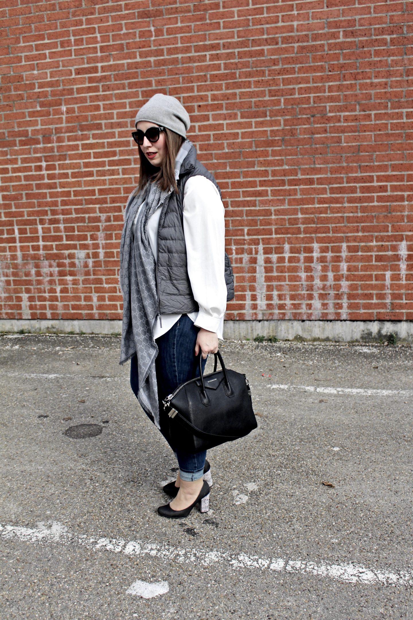 outfit-laessiger-streetstyle-daunenweste-steppweste-jeanshose-givenchy-antigona-bag-sportlicher-look-samtpumps-susanne-heidebach-misssuzieloves-fashionblogger-münchen-backsteinmauer-curvyblogger-weiße-bluse