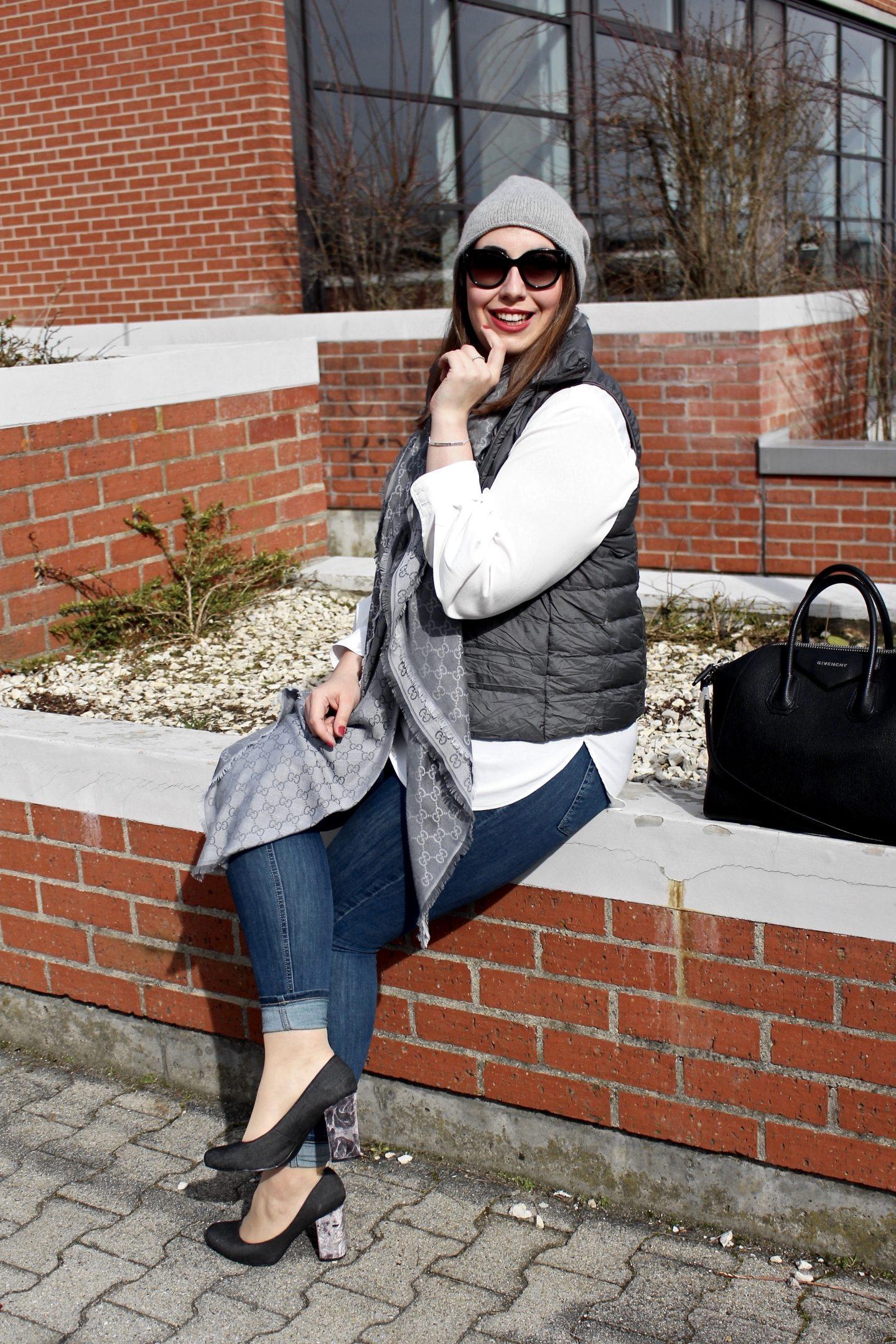 outfit-laessiger-streetstyle-daunenweste-steppweste-jeanshose-givenchy-antigona-bag-sportlicher-look-samtpumps-susanne-heidebach-misssuzieloves-fashionblogger-münchen-backsteinmauer-curvyblogger-weiße-bluse-gucci-schal