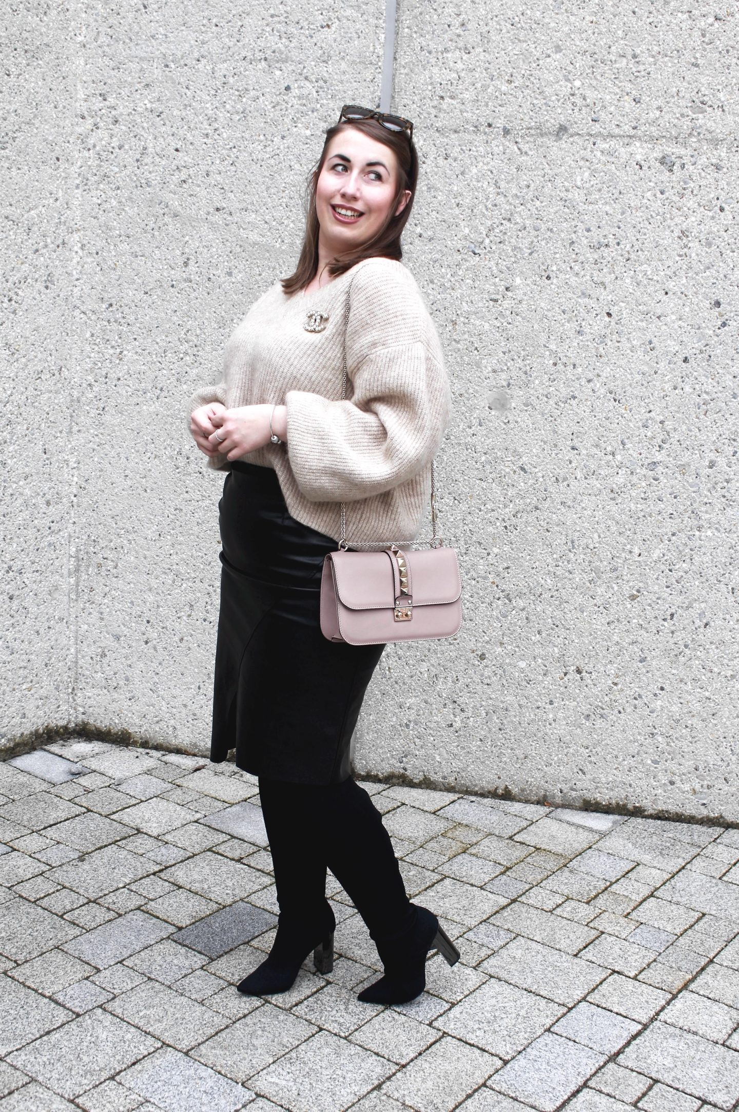 outfit-fashionblogger-susanne-heidebach-lederrock-bleistiftrock-overknees-metallic-valentino-rockstud-glam-lock-bag-winteroutfit-curvyblogger-wollpullover-mohair-pullover-chanel-brosche-miss-suzie-loves-münchen-blogger-germanblogger