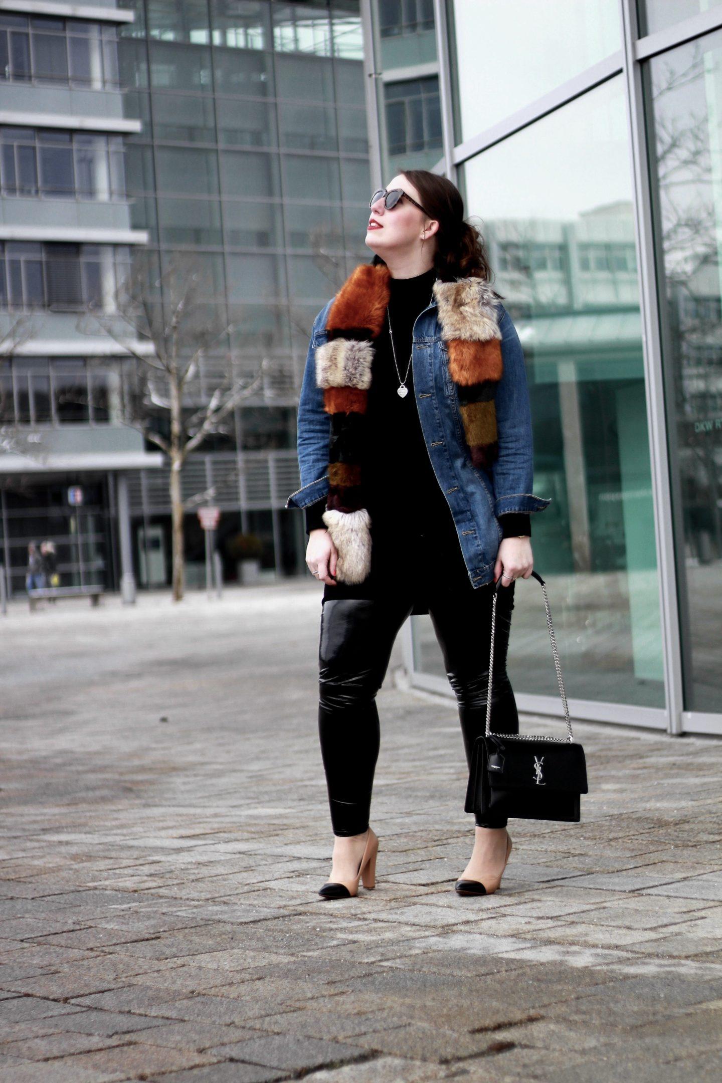 outfit-lässiger-streetstyle-oversize-jeansjacke-vinyl-hose-vinyl-lacklederhose-fake-fur-schal-ysl-saint-laurent-sunset-bag-zara-pumps-karen-walker-sunglasses-susanne-heidebach-misssuzieloves-miss-suzie-loves-fashionblogger-modeblogger-curvyblogger-münchen-museum-mobile-ingolstadt
