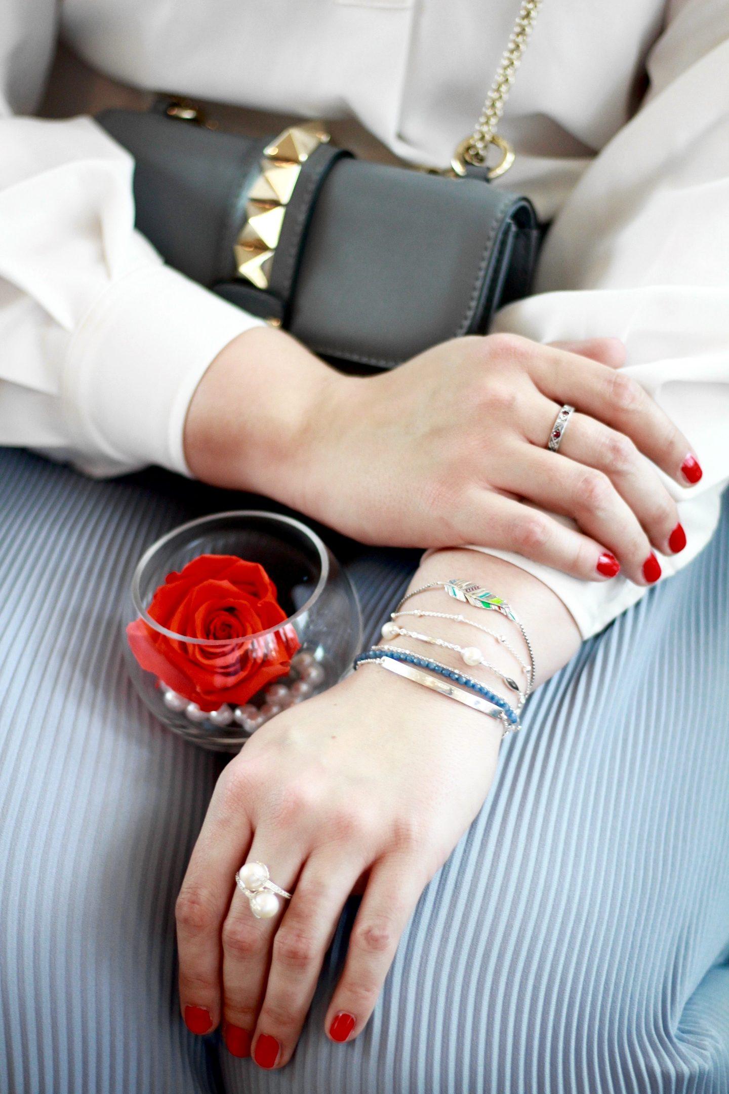 schmuckliebe-lieblingsstücke-lieblingsschmuck-armbänder-ringe-perlenarmband-valentino-glam-lock-susanne-heidebach-miss-suzie-loves-plisseehose-zara-thomas-sabo-fashionblogger-munichblogger-münchenblogger-rose-perlenring-geschenkidee-blogger-roter-nagellack
