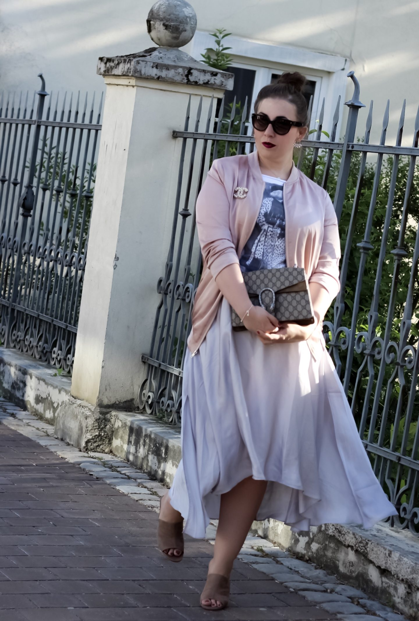Rosa-Satin-Bomberjacke-Satinrock-Fashionblogger-ZARA-Plexiglas-Sandaletten-Gucci-Dionysus-Satinrock-Susanne-Heidebach-Outfit-Curvyblogger-Details-Miss-Suzie-Loves-Inspiration-Midirockå