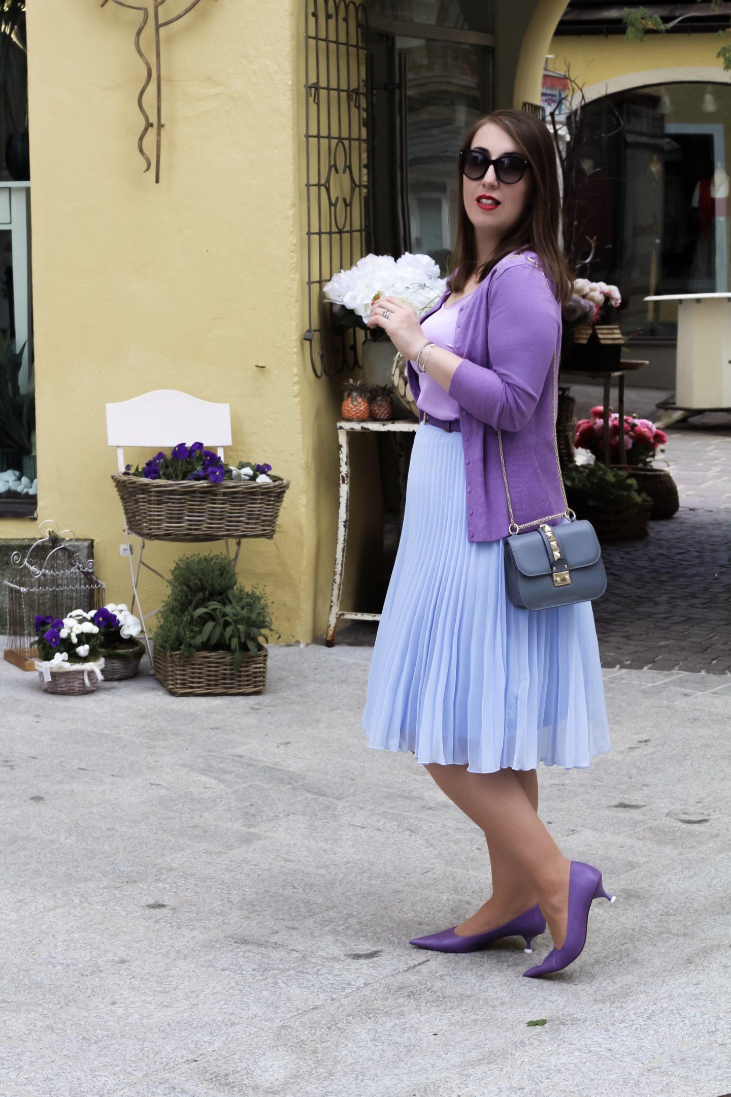 Miss-Suzie-Loves-Sommer-Sorbet-Outfit-Pastell-Plisseerock-kombinieren-Flieder-Susanne-Heidebach-Valentino-Rockstud-Kitzbuehel-Fashionblogger-Curvyblogger-Germanblogger