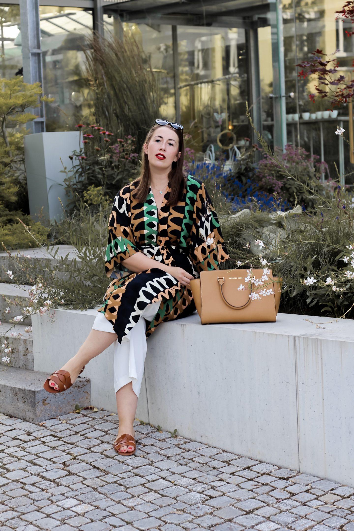 Retro-Vibes-70er-Jahre-Kleid-Muster-kombinieren-Miss-Suzie-Loves-Susanne-Heidebach-weiße-Culotte-Modeblog-Curvy-psychedelisch-graphisch-Mustermix-Michael-Kors-Selma
