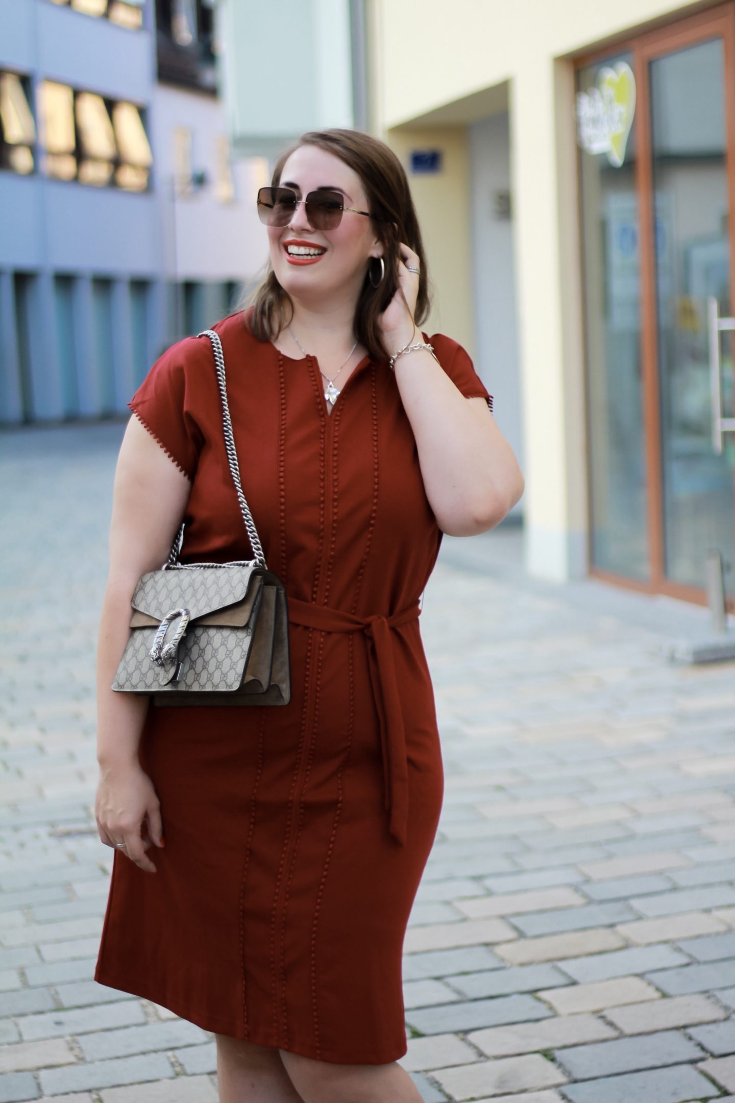 Miss-Suzie-Loves-Sheego-Kleid-Pantone-Red-Pear-Bordeauxrot-Susanne-Heidebach-Fashionblogger-Muenchen