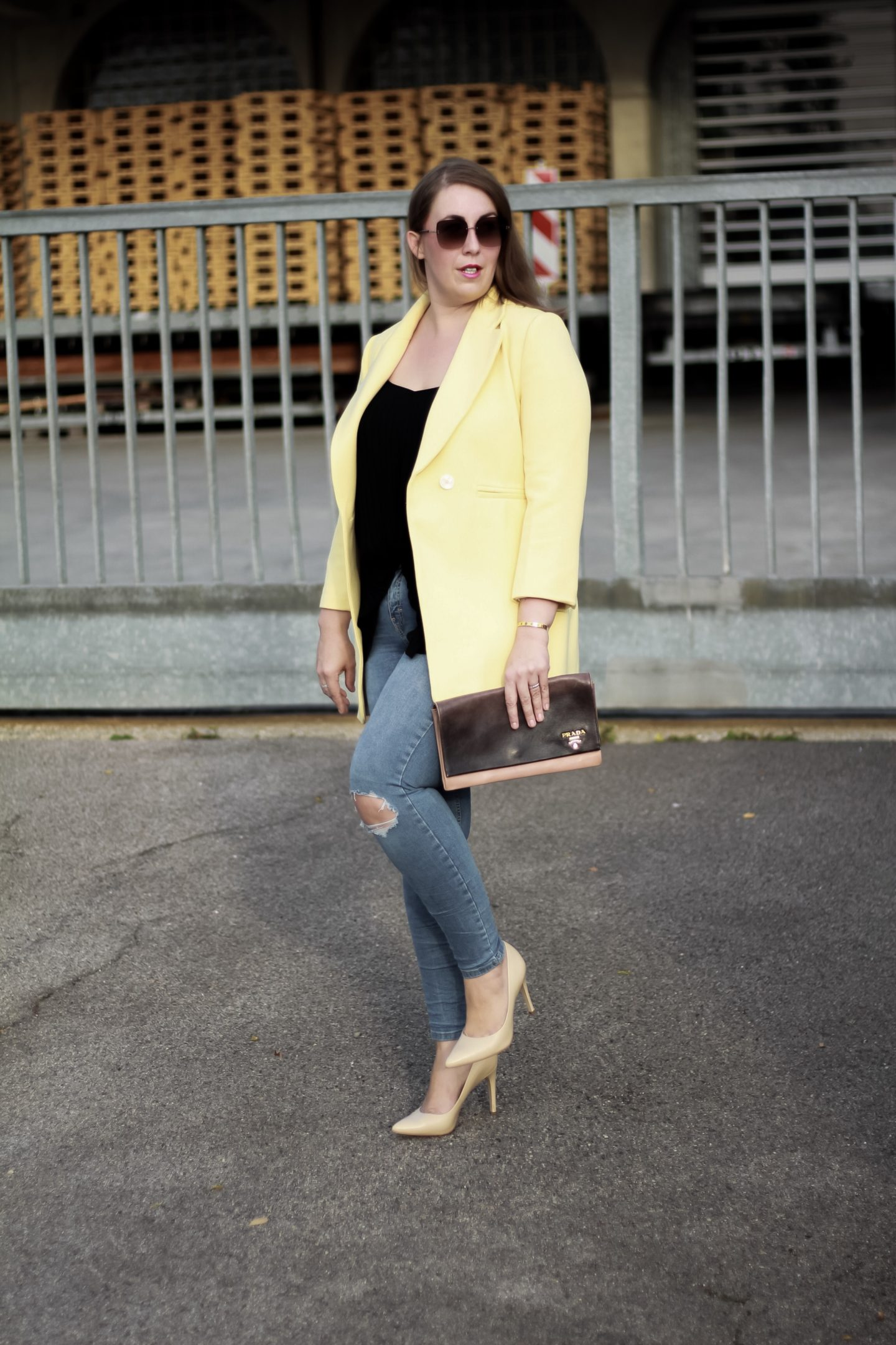 Miss-Suzie-Loves-Susanne-Heidebach-Blazer-gelb-Ripped-Jeans-Fashionblogger-Prada-Clutch-Kate-Spade-Brille.JPG