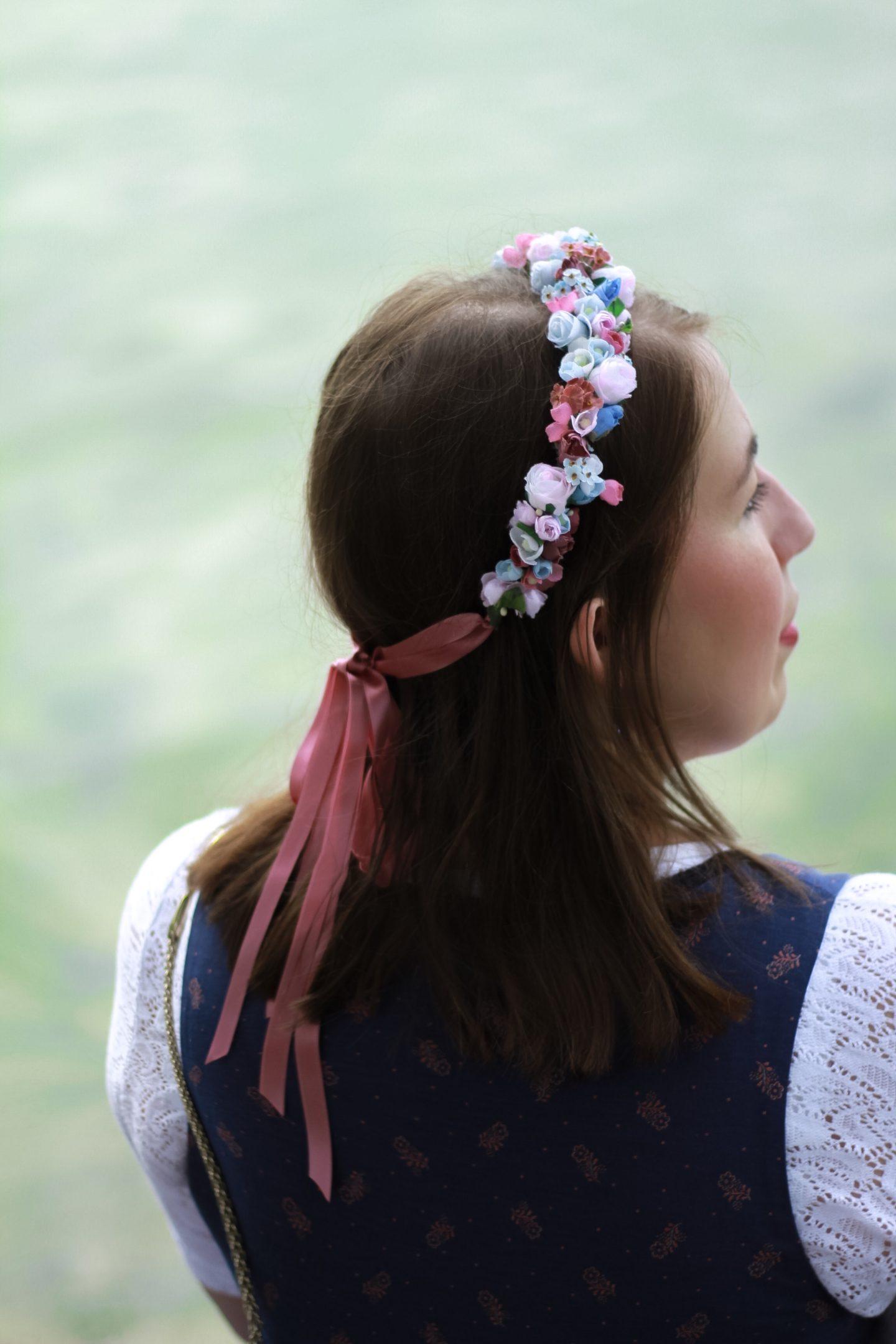 Sportalm-Kitzbuehel-Dirndl-Pupping-Wirkes-Tracht-Susanne-Heidebach-Miss-Suzie-Loves-We-are-Flowergirls-Blumenkranz