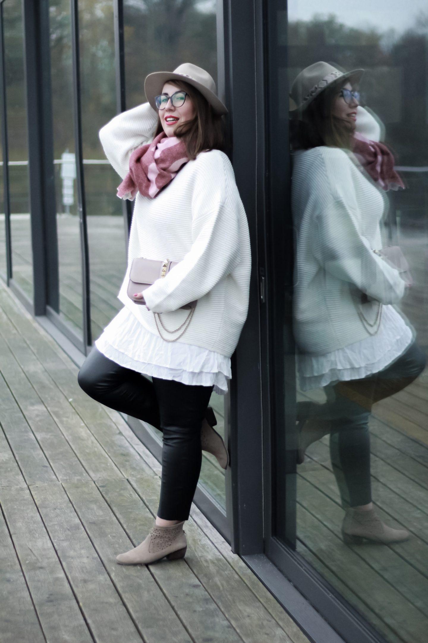 Miss-Suzie-Loves-Susanne-Heidebach-Acne-Studios-Toronty-Schal-Scarf-Valentino-Glam-Lock-Tasche-Poudre-Outfit-Herbstoutfit-Trendreport-Logomania