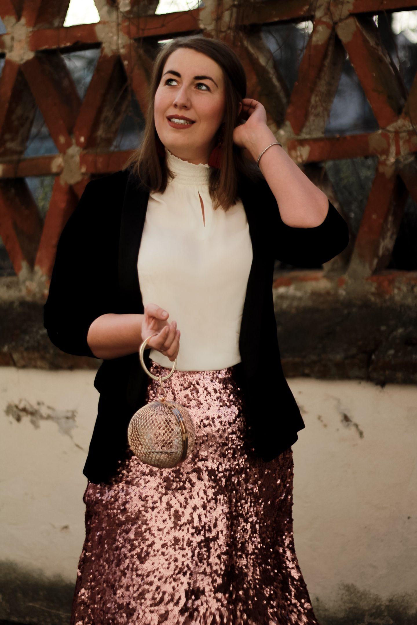 Miss-Suzie-Loves-Susanne-Heidebach-Silvester-Outfit-Pailletten-Rock-Samt-Blazer-Kaefig-Clutch-Fashionblogger-Curvyblogger