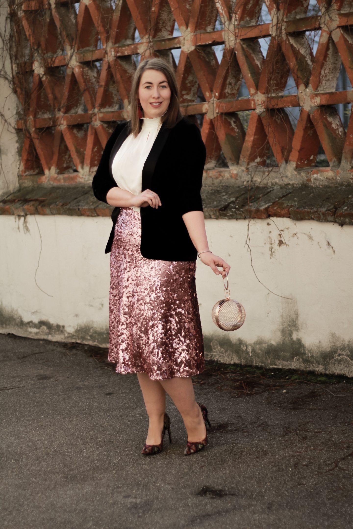 Miss-Suzie-Loves-Susanne-Heidebach-Silvester-Outfit-Pailletten-Rock-Samt-Blazer-Kaefig-Clutch-Fashionblogger-eleganter-Look