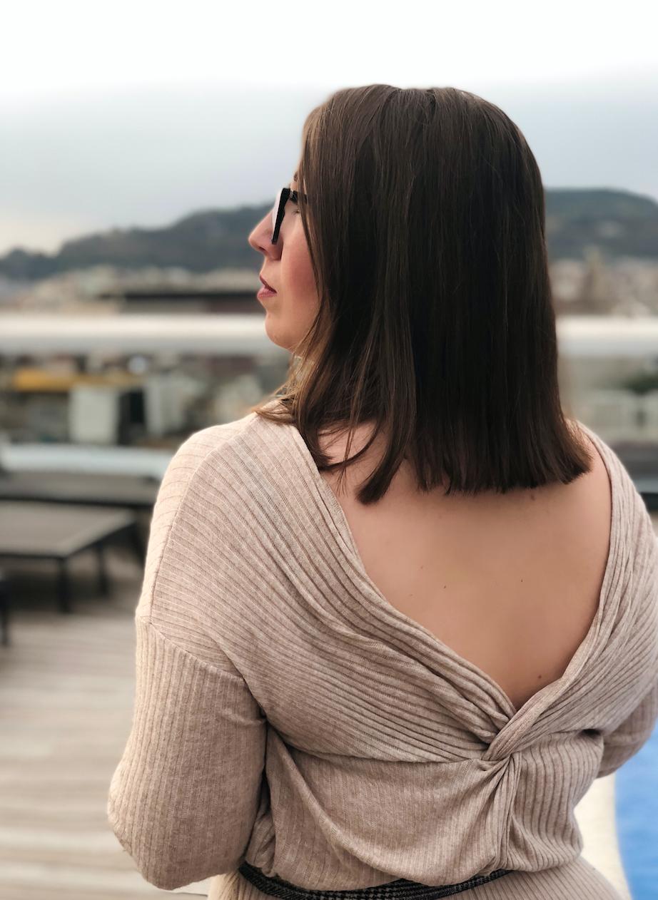 Susanne-Heidebach-Miss-Suzie-Loves-Schick-in-Strick-Zweiteiler-Beige-Violeta-Mango-Rückenausschnitt