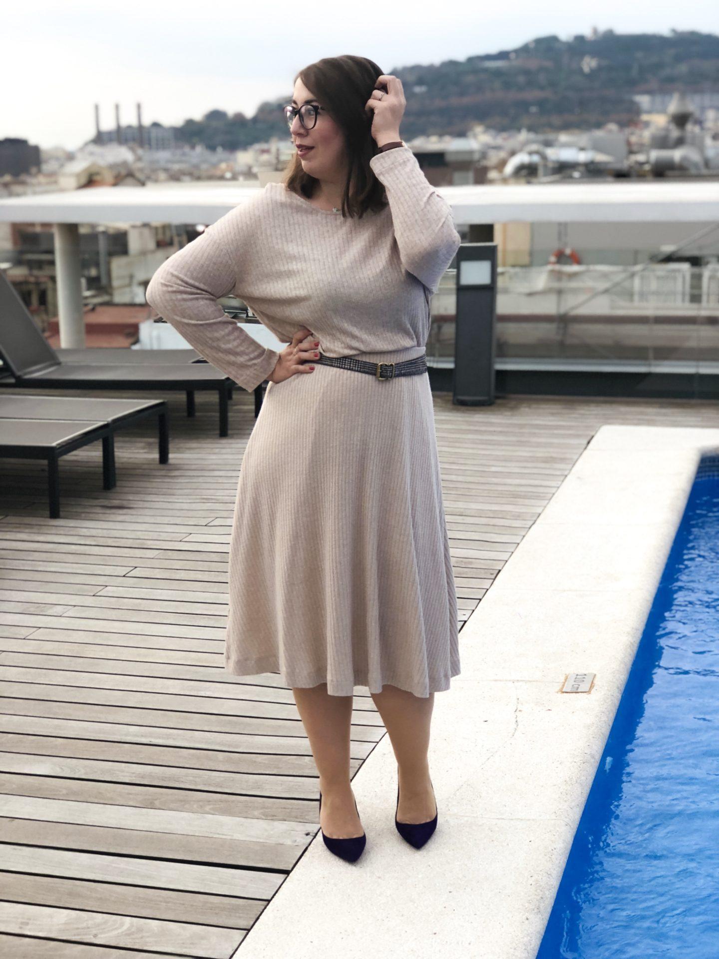 Susanne-Heidebach-Miss-Suzie-Loves-Schick-in-Strick-Zweiteiler-Beige-Violeta-Mango