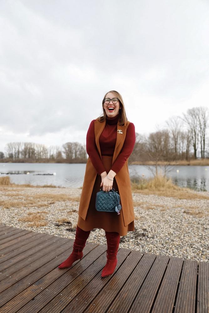 Pantone-Trendfarbe-2019-Toffee-Schokoladenliebhaber-Miss-Suzie-Loves-Jester-Red-Rot-Braun-Massimo-Dutti-Susanne-Heidebach-Chanel-Vanity-Rainbow-Strick-Zweiteiler-kombinieren.