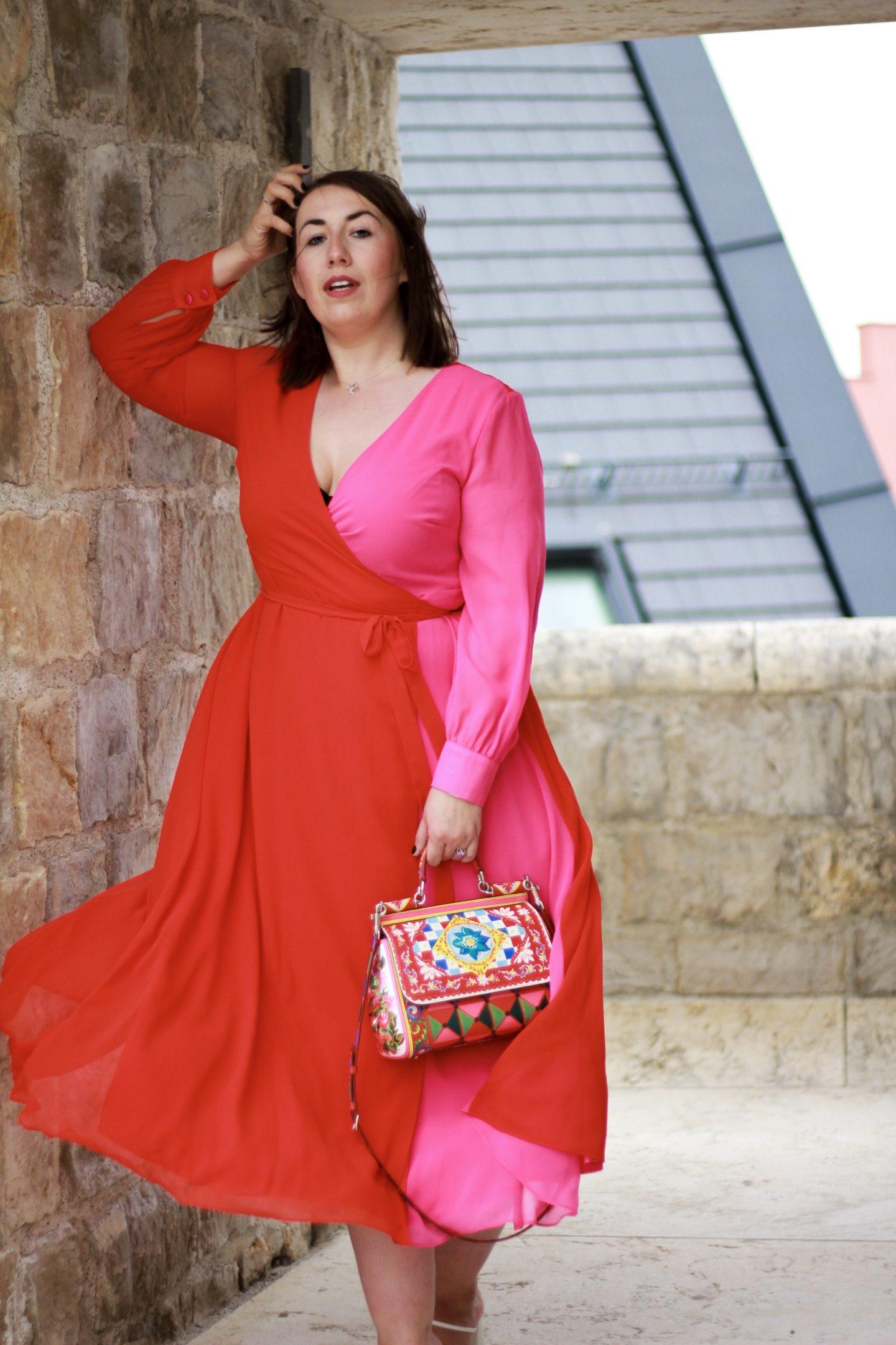 Susanne-Heidebach-Miss-Suzie-Loves-Sheego-Miyabi-Kawai-Wickelkleid-Nachmittagskleid-Blau-Rüschen-Curvy-Plus-Size-Blogger-A-Typ-Maxikleid-Abendkleid-Rot-Pink