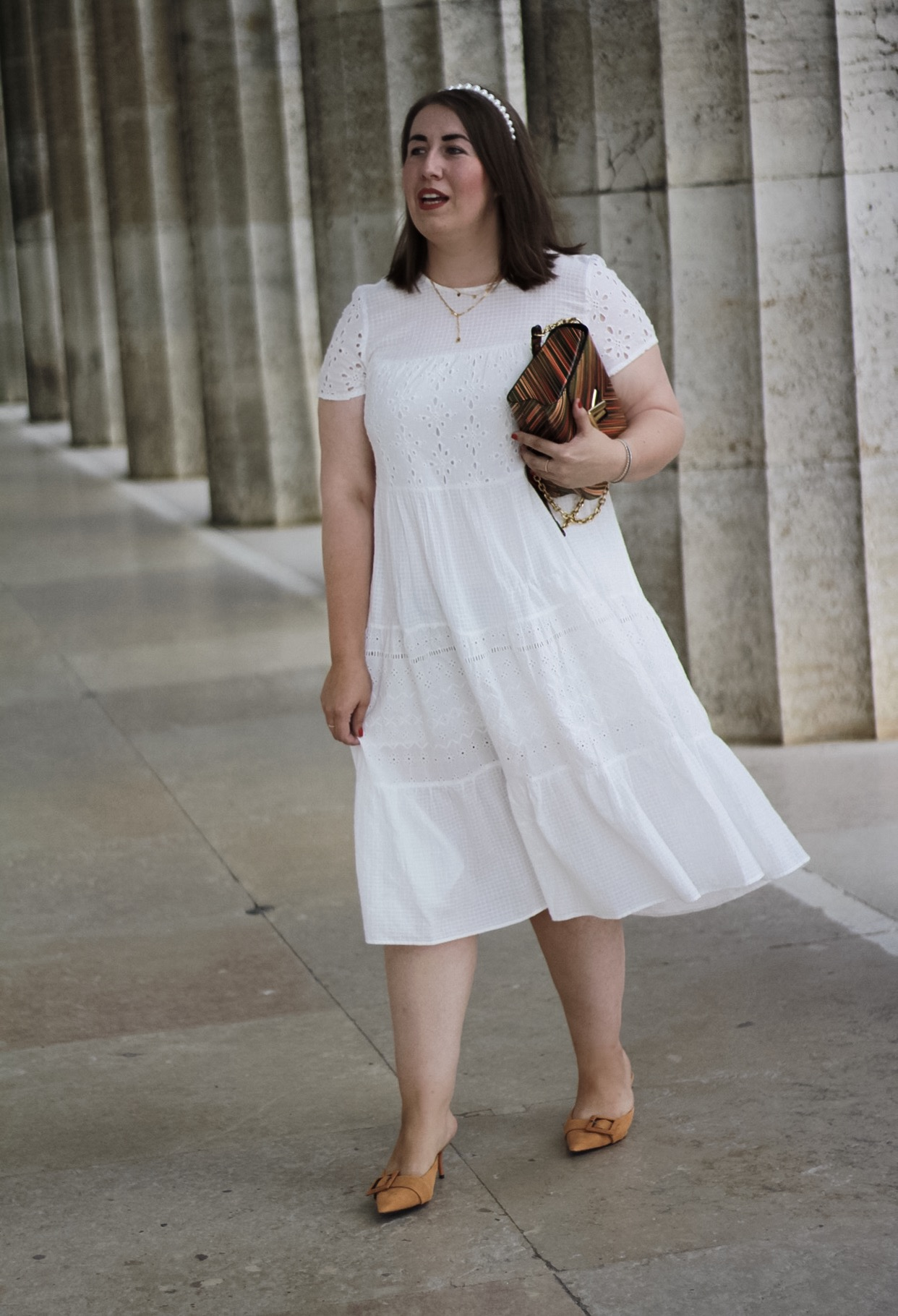 Weisses-Spitzenkleid-Miss-Suzie-Loves-Sommer-Outfit-Mules-Perlen-Haarreif-Walhalla-Regensburg-Susanne-Heidebach