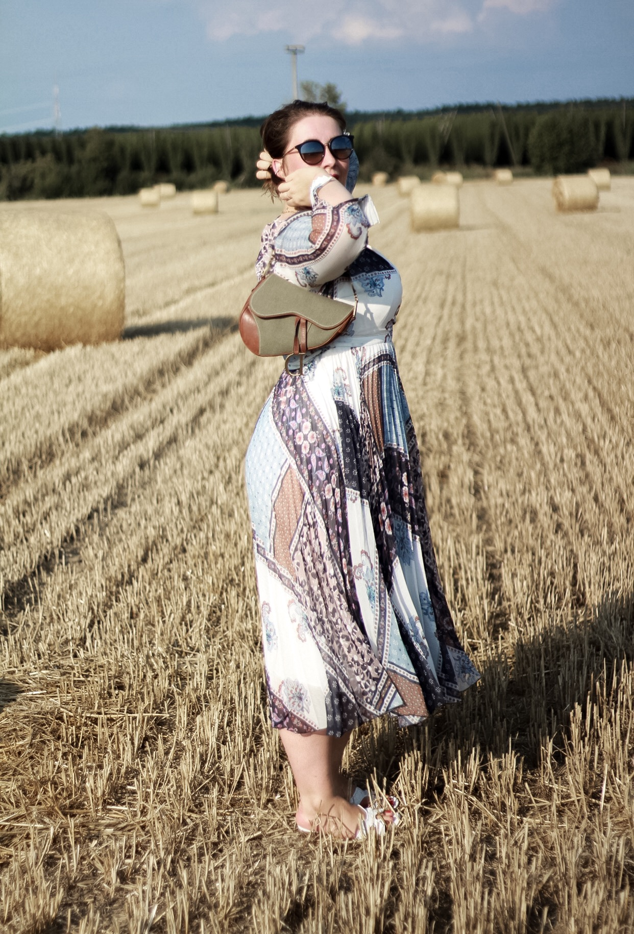 Boho-Vibes-Hippie-Kleid-Miss-Suzie-Loves-Susanne-Heidebach-Feminines-Patchwork-Kleid-H&M-Wickelkleid-Fotoshooting-Weizenfeld-Vintage-Dior-Saddle-Bag