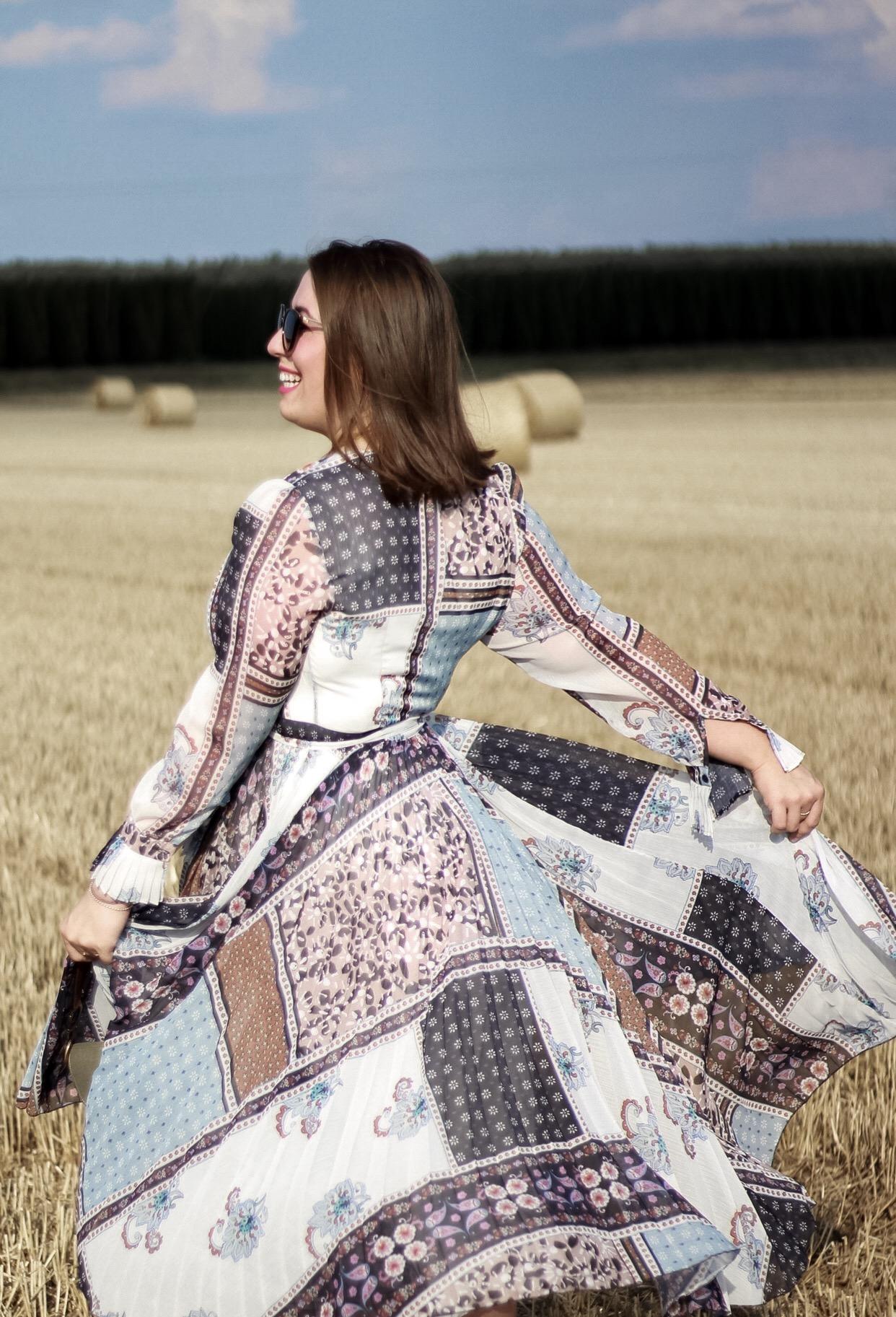 Boho-Vibes-Hippie-Kleid-Miss-Suzie-Loves-Susanne-Heidebach-Feminines-Patchwork-Kleid-H&M-Wickelkleid-Fotoshooting-Weizenfeld
