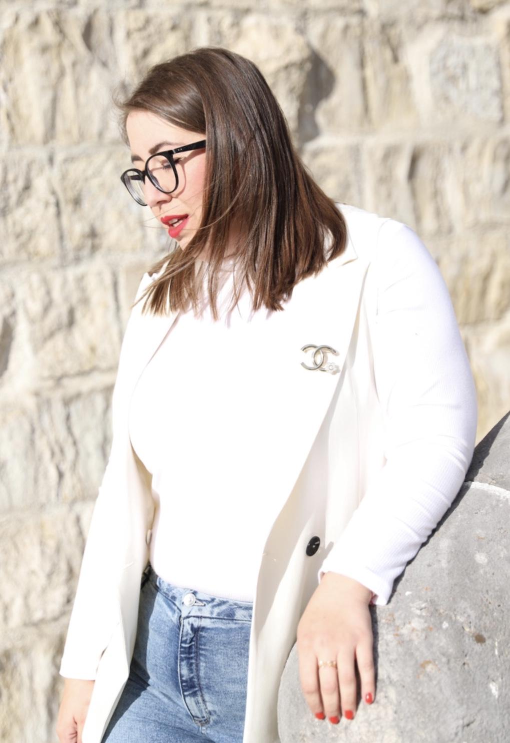 Miss-Suzie-Loves-Blazer-Weste-Rollkragenshirt-High-Waist-Jeans-Outfit-Chanel-Brosche-Gucci-Dionysus