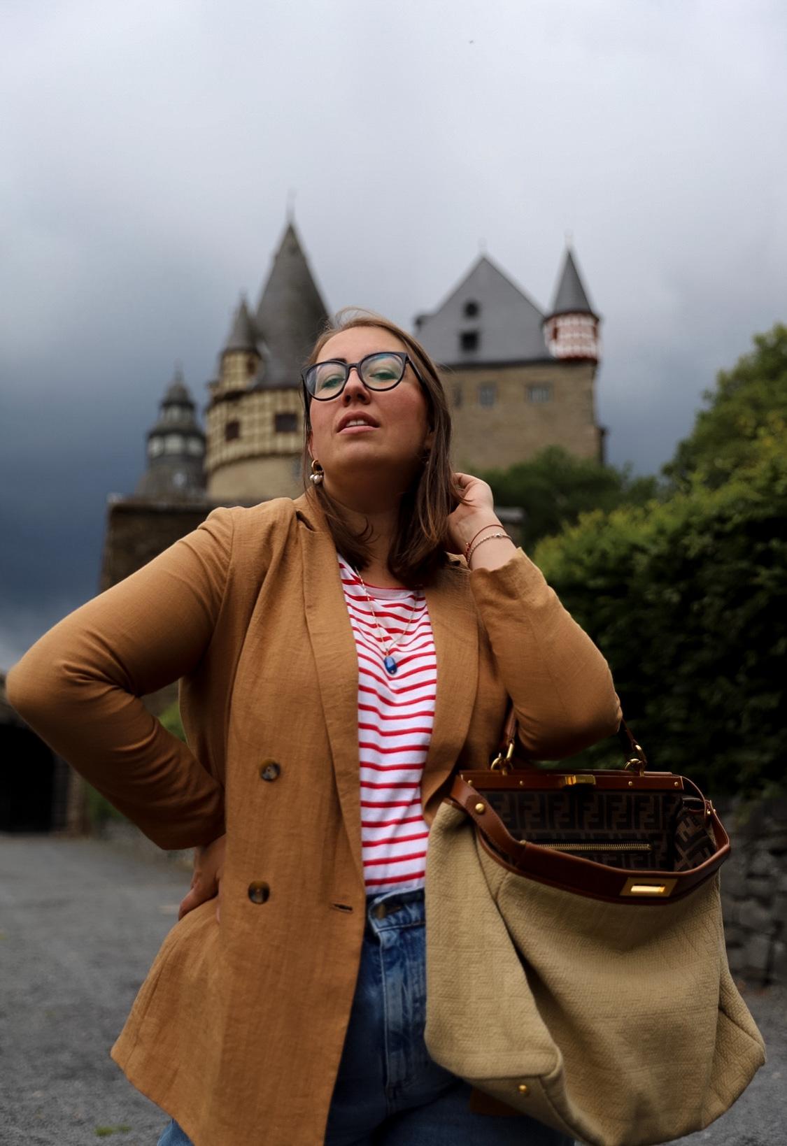Parisienne-Style-French-Chic-Outfit-Tipps-Breton-Shirt-Streifenshirt-Ringelshirt-Momjeans-Vintage-Fendi-Peekaboo-Leinen-Bag-Leinenblazer-Mom-Jeans_Miss-Suzie-Loves